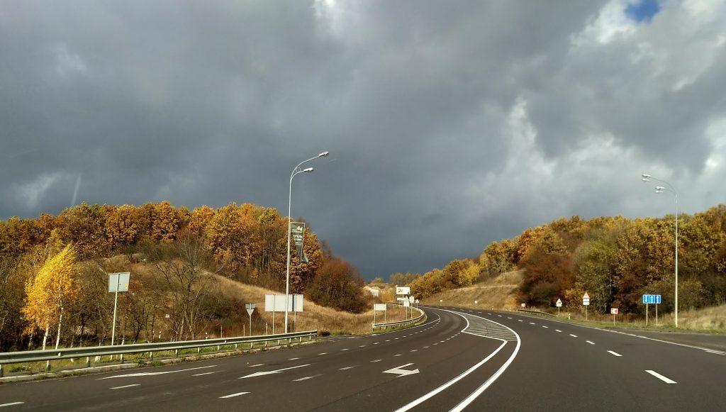 Траса поруч з об`їздною дорогою, ка фото зліва якраз наші пагорби)